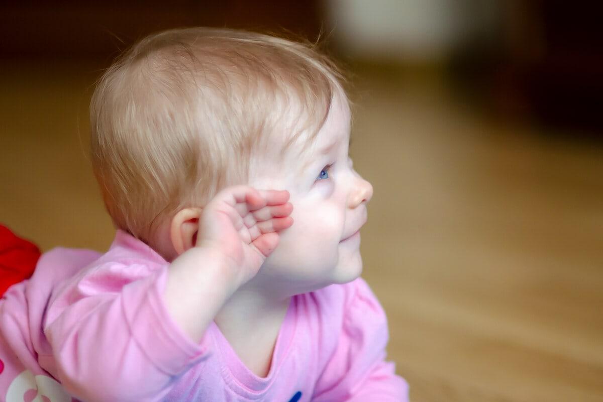 fotografia dziecięca sesja niemowlęca łódź dziewczynka na brzuchu z rączką przy głowie
