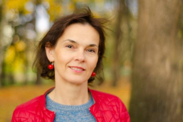 jesienna sesja kobieca Łódź kobieta kobieta lekko się uśmiecha