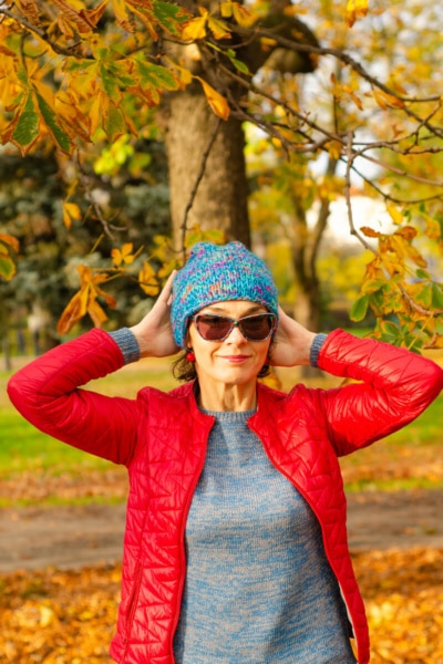 jesienna sesja kobieca Łódź kobieta w okularach słonecznych poprawia czapkę