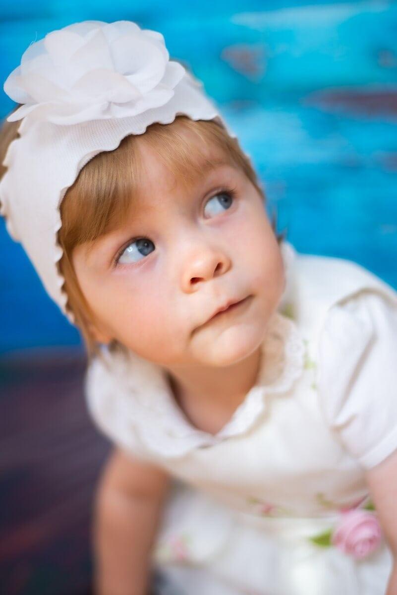 fotograf chrzest łódź sesja domowa studio mobilne dziewczynka podparta patrząca się w góre Gabrysia 03