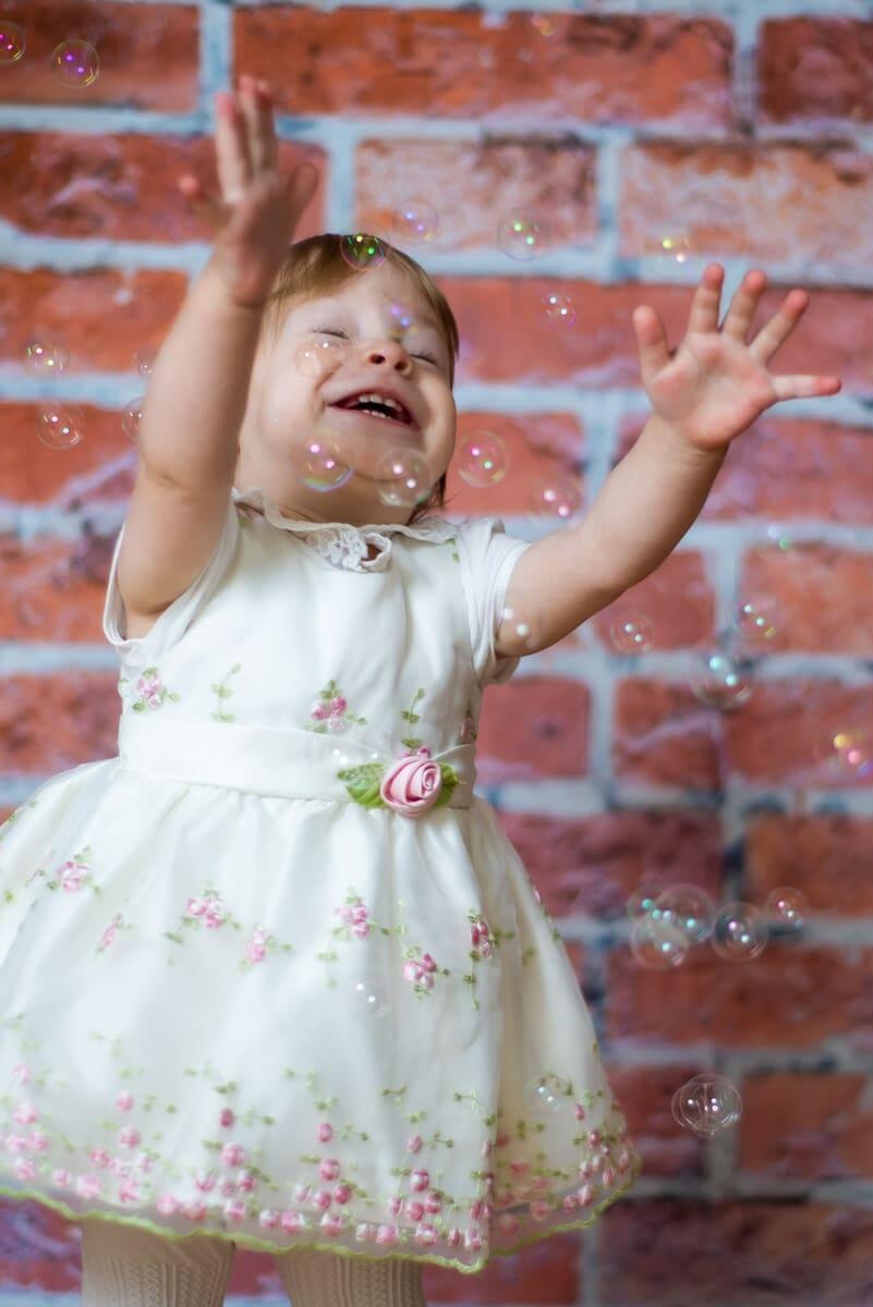fotograf chrzest łódź sesja domowa studio mobilne dziewczynka łapiąca bańki mydlane Gabrysia 12