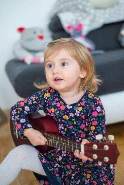 fotograf dziecięcy łódź sesja dziecięca domowa dziewczynka grająca na gitarze