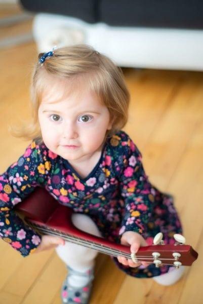 fotograf łódź sesja dziecięca domowa dziewczynka z gitarą na nodze