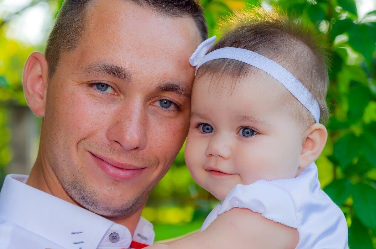 fotograf łódź chrzest plener tata przytulony do córci na rękach Ola 11