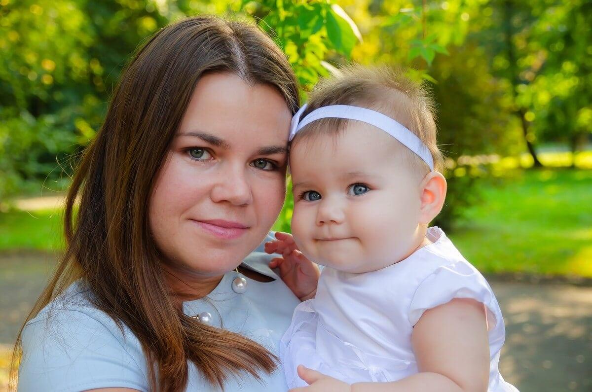 fotograf chrzest łódź plener mama z córcią na rękach Ola 12