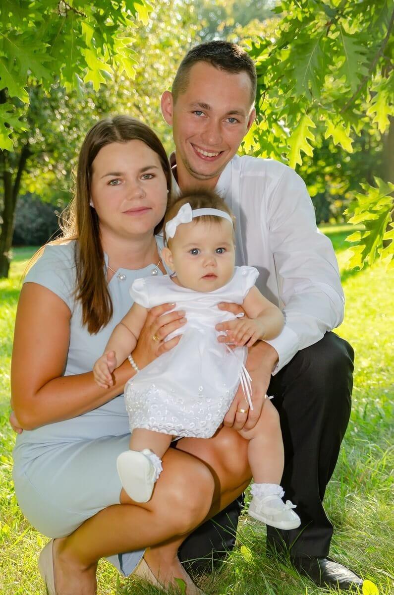 fotograf chrzest łódź rodzice z córcią na kolanach w plenerze Ola 13