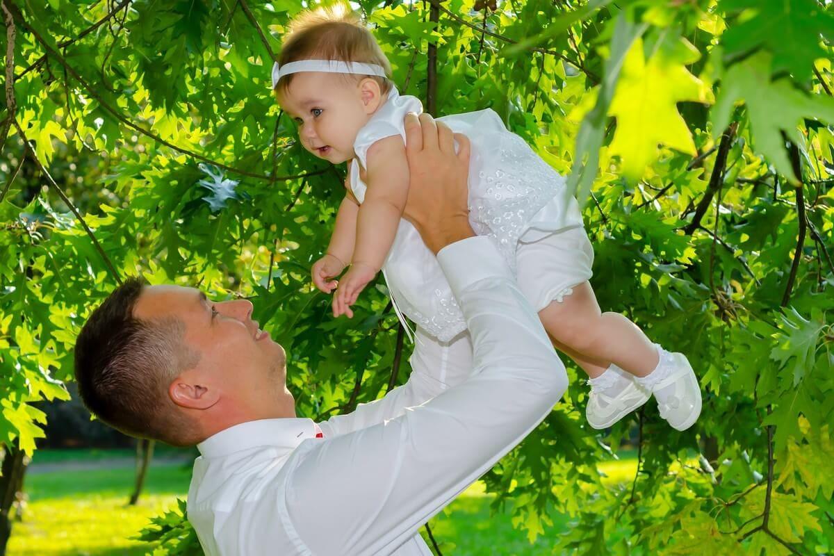 fotograf chrzest łódź tata podrzucający małą córeczkę do góry Ola 15