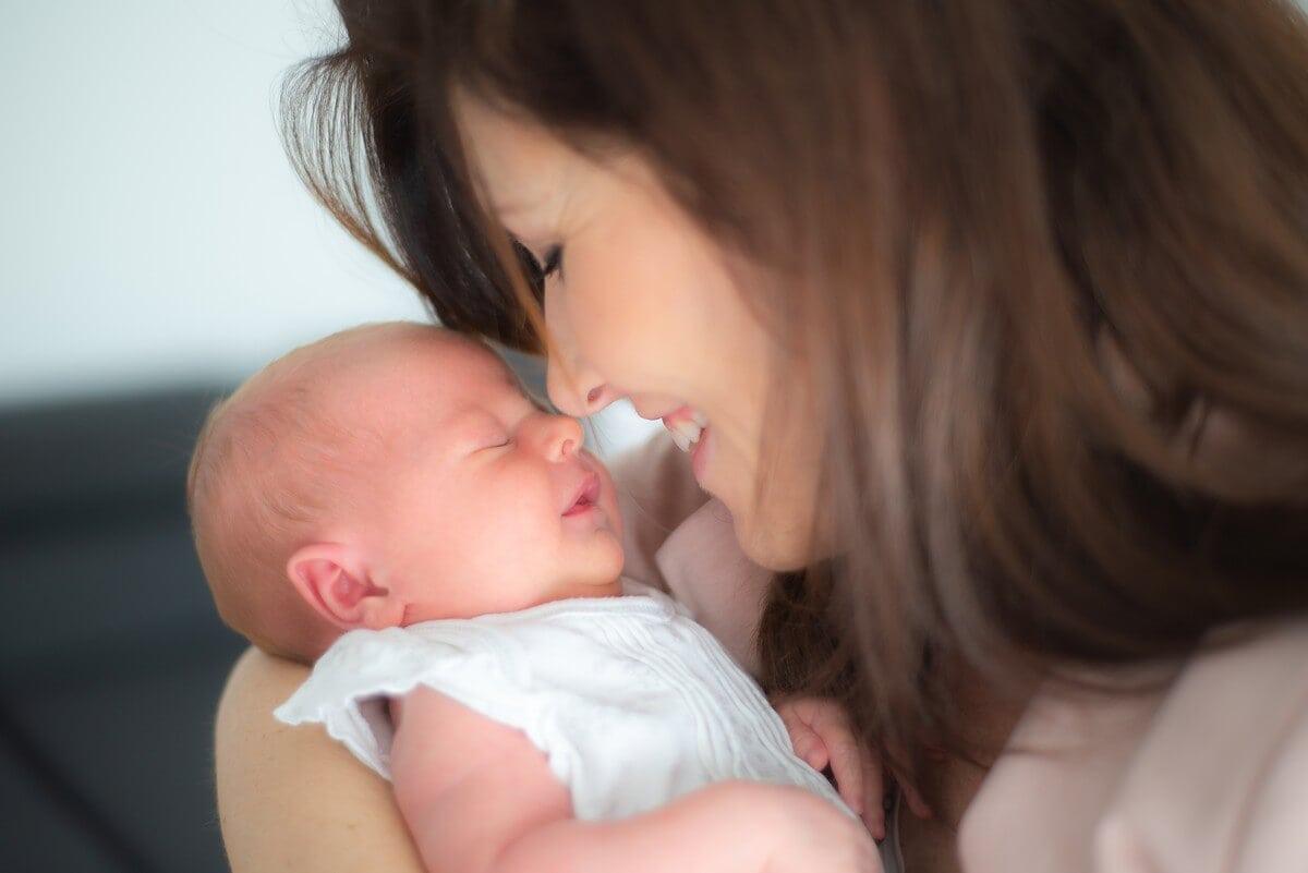 domowa sesja noworodkowa łódź sesja lifestyle mama wpatrzona w noworodka