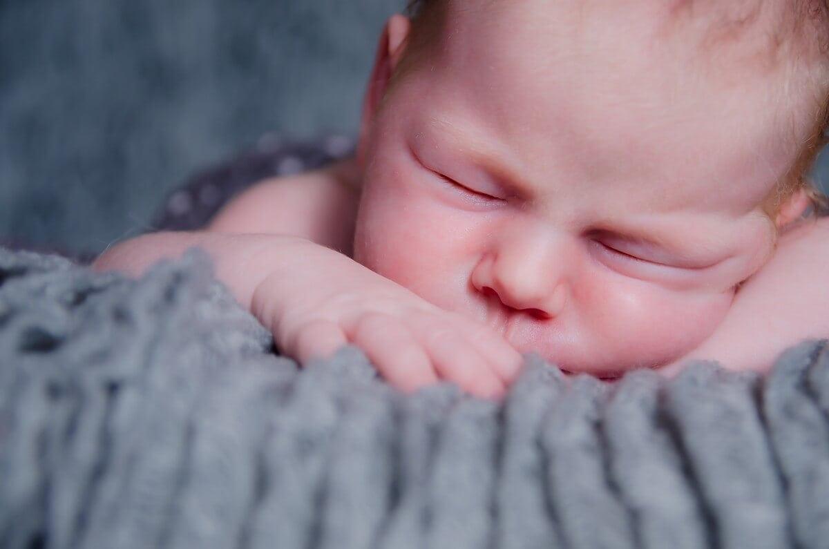 Łódź sesja noworodkowa domowa śpiący noworodek na brzuchu