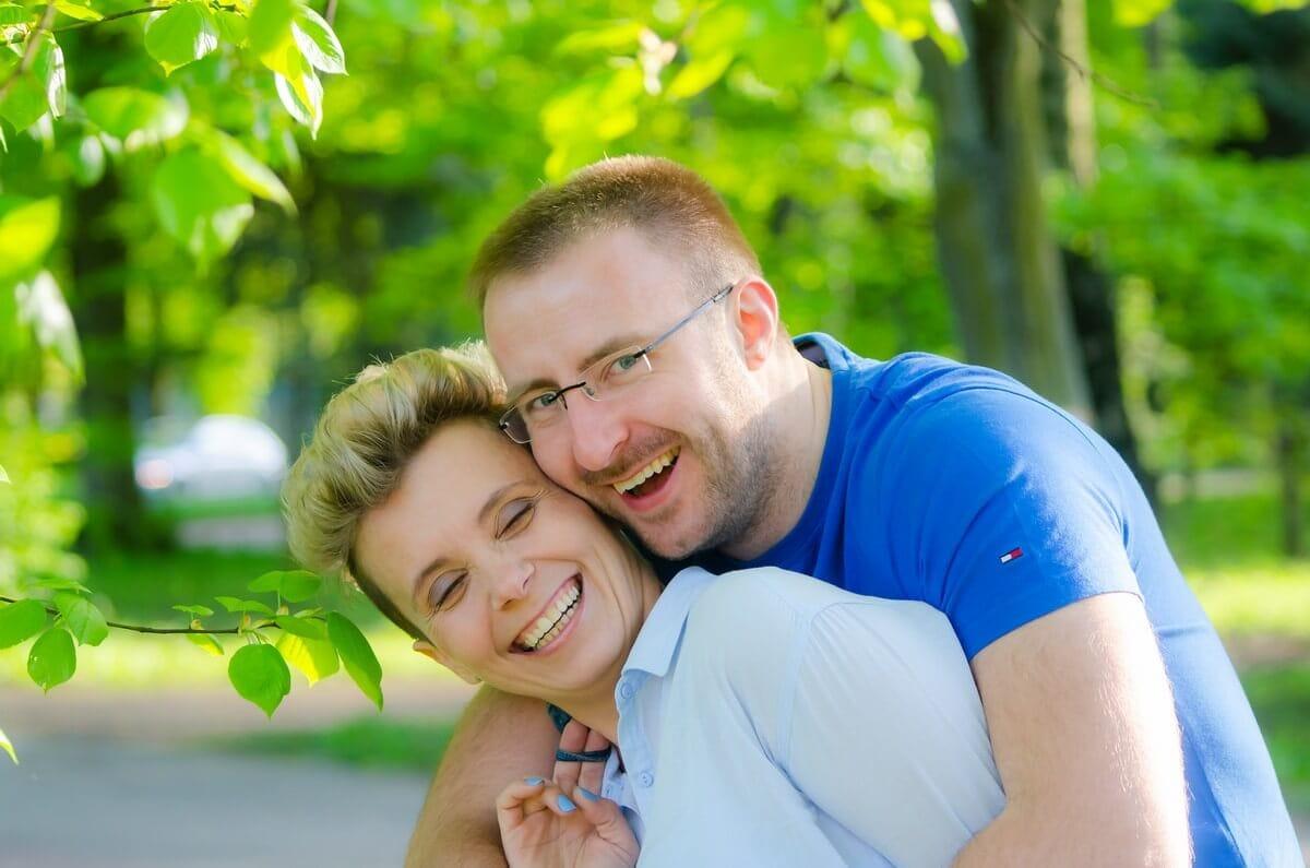 fotografia portretowa sesja pary zakochanych łódź mężczyzna śmieje się i przytula od tyłu kobietę
