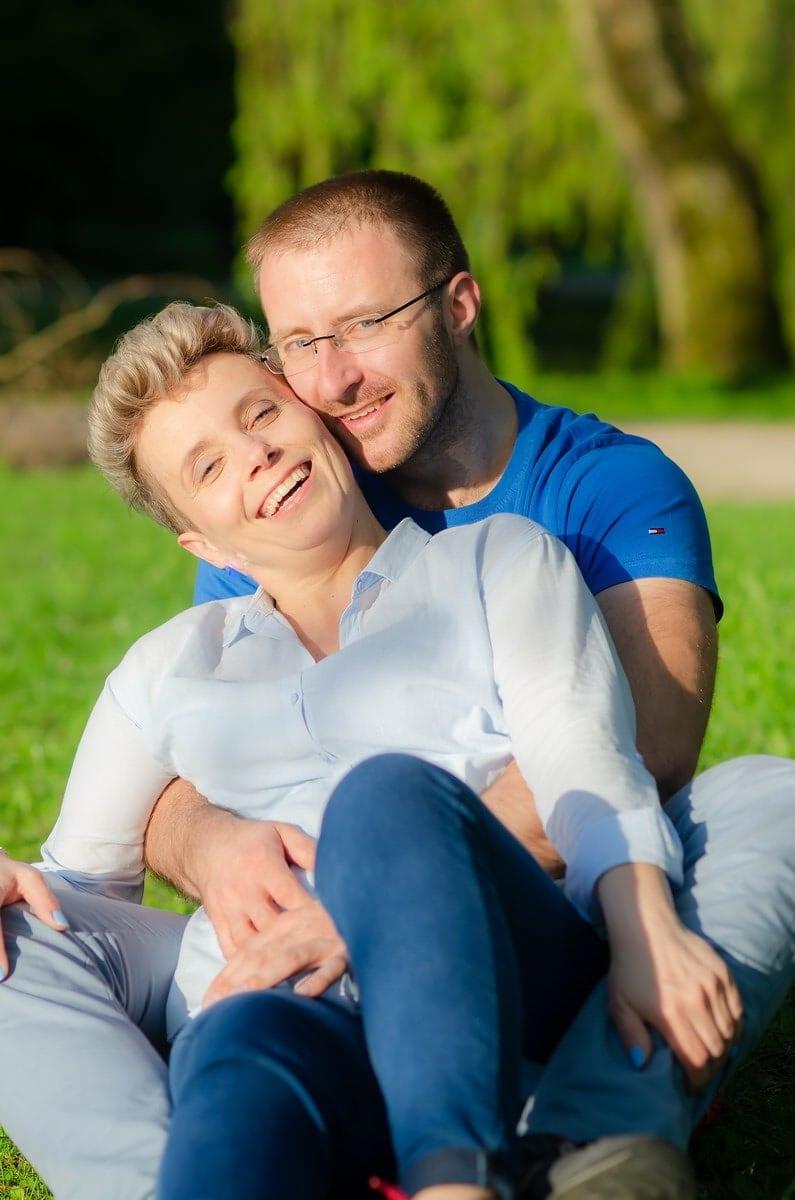 fotografia portretowa sesja pary zakochanych łódź zakochani siedzą na trawie kobieta opiera się o mężczyznę