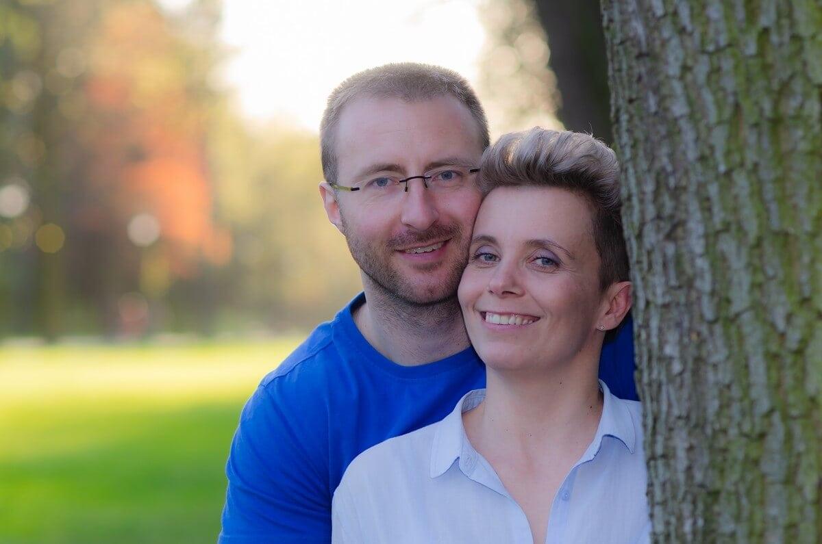 fotografia portretowa sesja pary zakochanych łódźpara przy drzewie