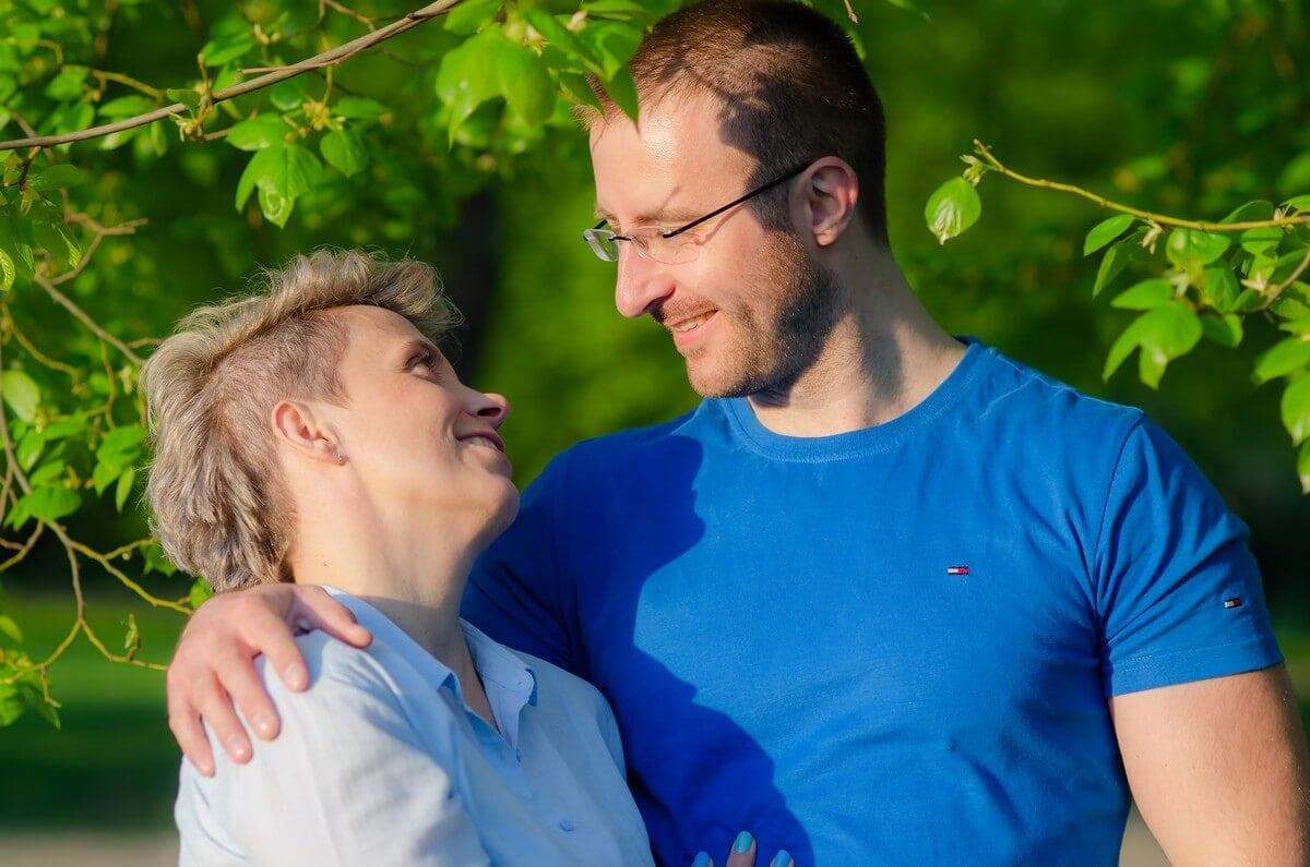 fotografia portretowa sesja pary zakochanych łódź para patrzy na siebie i uśmiecha się do siebie