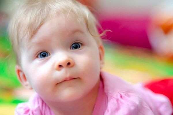 fotografia dziecięca sesja niemowlęca łódź dziewczynka na macie patrzy się do góry