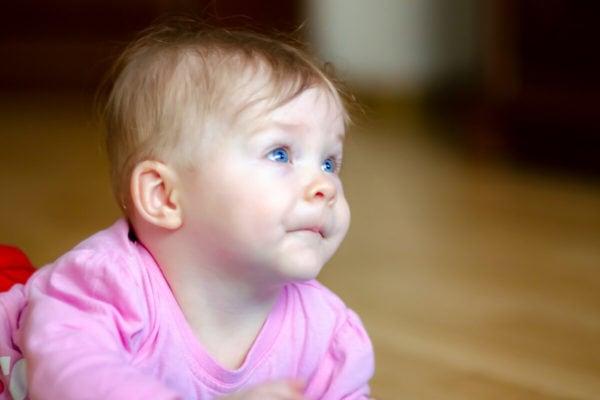 fotografia dziecięca sesja niemowlęca łódź dziewczynka patrzy się do góry leżąc na brzuchu