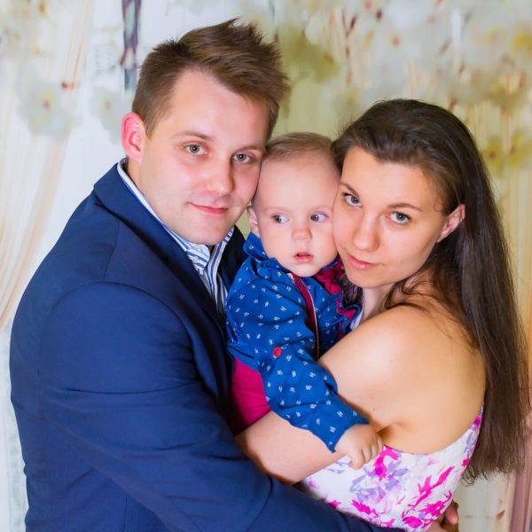 zdjęcia do chrzt Lodz sesja w domu rodzice z dzieckiem A03