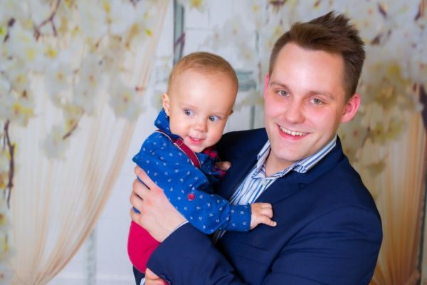 fotograf chrzest Łódź sesja w domu tata z synkiem na rękach A06