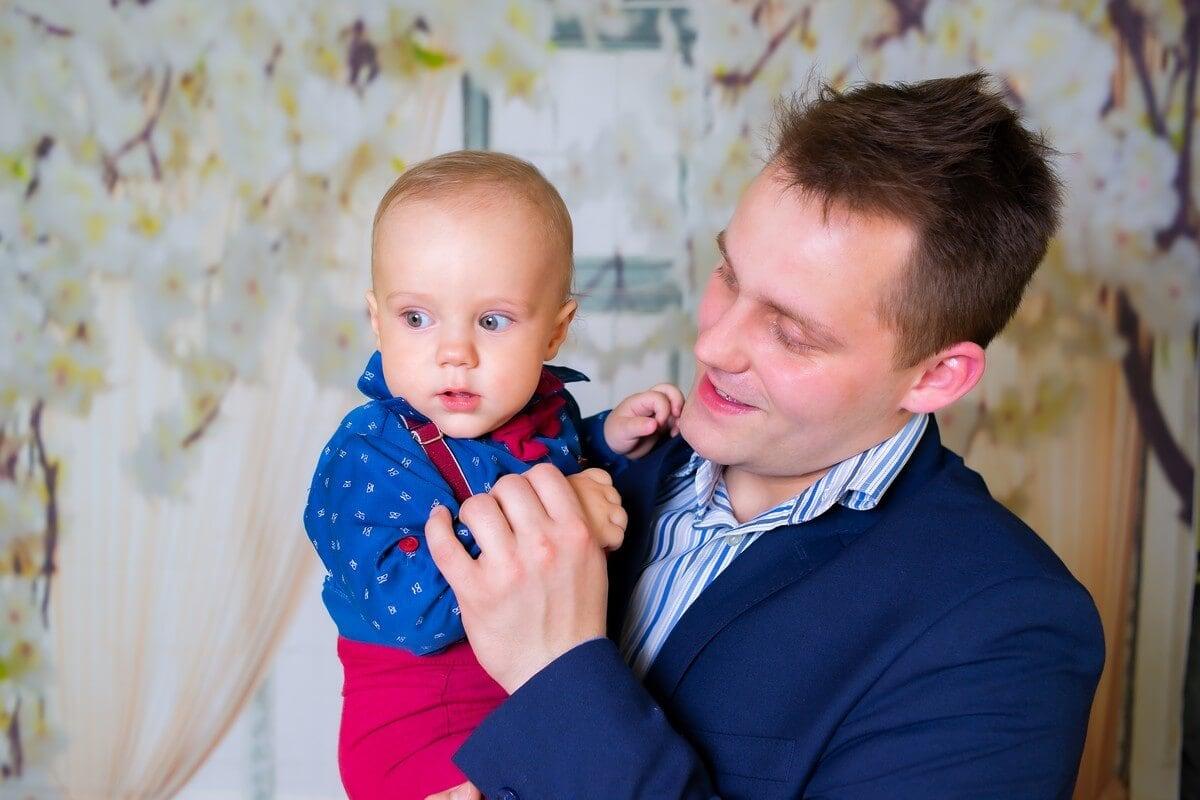fotograf chrzest Łódź tata z synkiem na rękach A07