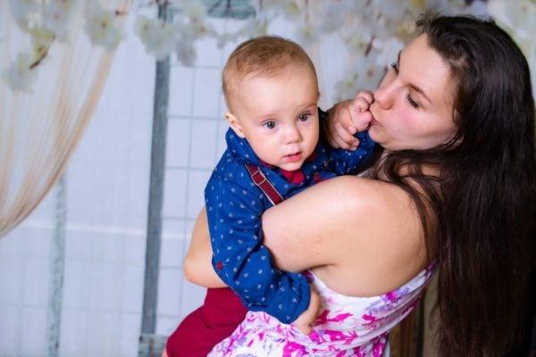 fotograf chrzest lodz sesja w domu mama z synkiem na rękach A15