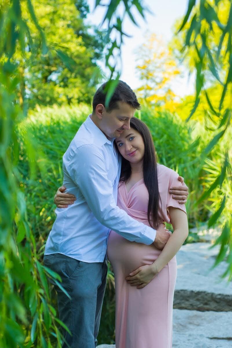 sesja ciążowa łódź plener mąż obejmuje przyszła mamę omek i Sylwia 02