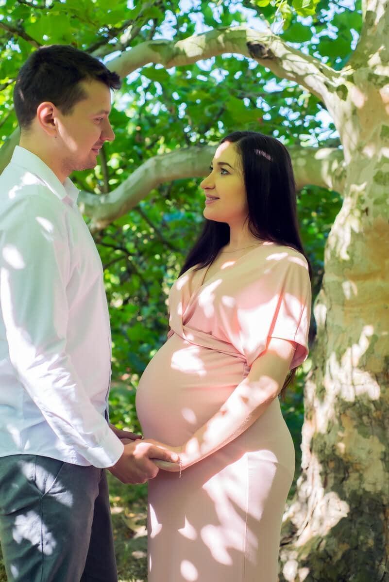 sesja ciążowa łódź plener rodzice stoją na przeciwko i patrzą się na siebie Tomek i Sylwia 04