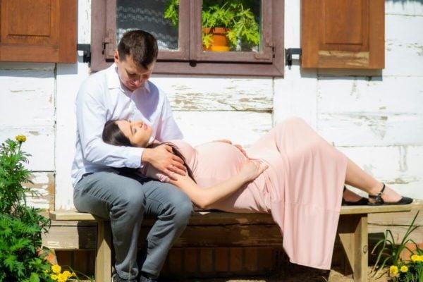 sesja ciążowa łódź plenerowa przyszła mama leży na ławce i głowę ma na kolach męża Tomek i Sylwia 11