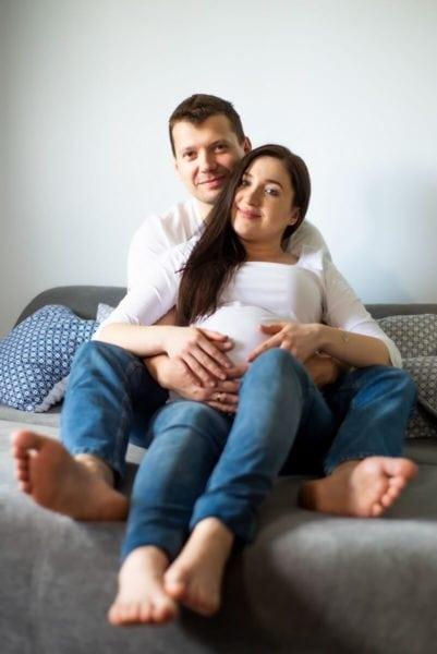 sesja ciążowa łódź w domu rodzice na łóżku Tomek i Sylwia 18