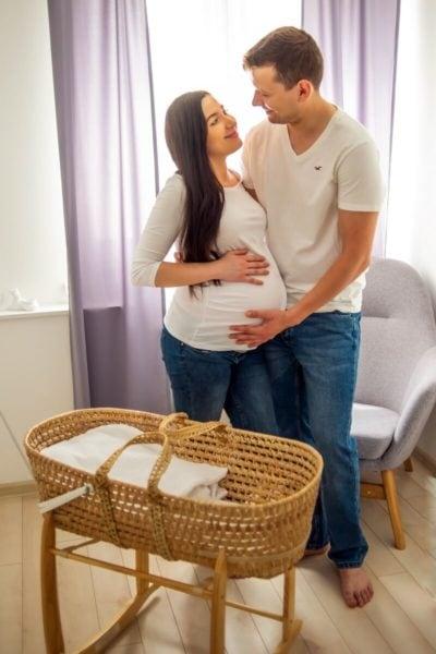 sesja ciążowa łódź w domu rodzice na tle okna przy jeszcze pustej kołysce Tomek i Sylwia 19