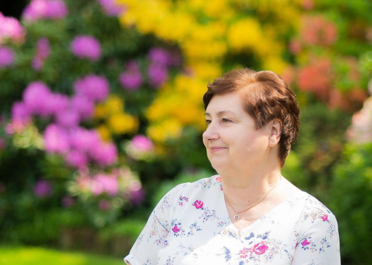 sesja zdjęciowa na prezent sesja urodzinowa babci w ogrodzie 1