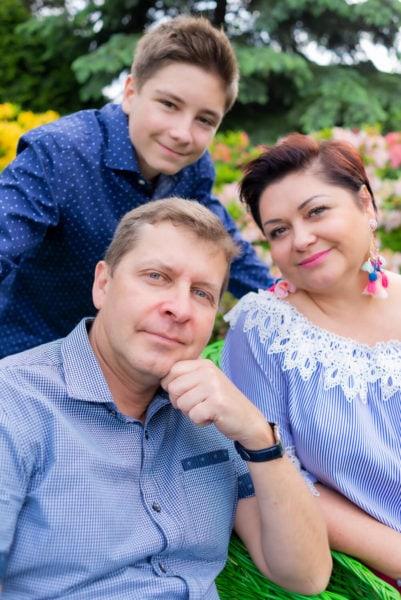 fotografia rodzinna łódź sesja w ogrodzie rodzice z nastoletnim synem 2