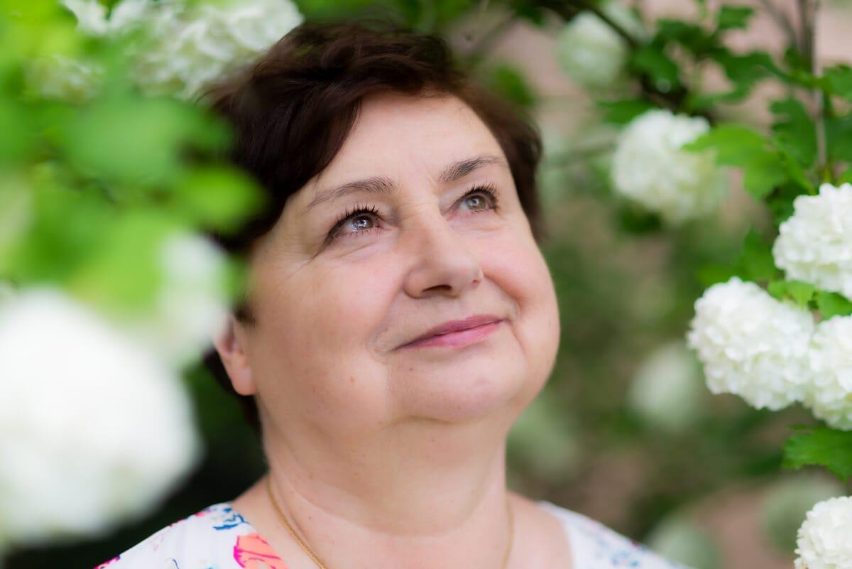 sesja zdjęciowa na prezent sesja urodzinowa babci w ogrodzie 4