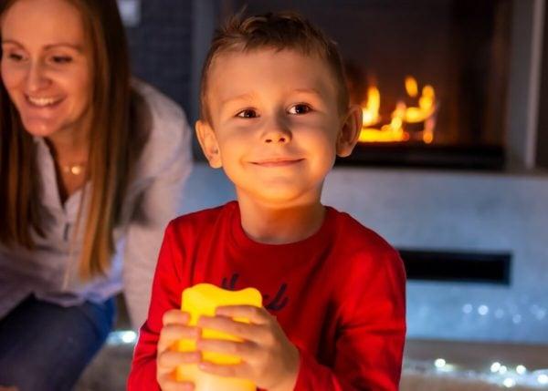 fotograf rodzinny łódź chłopiec ze święcą na tle kominka