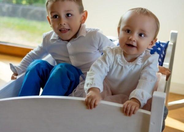 fotograf rodzinny łódź dziewczynka i chłopiec kołyszą się w kołysce