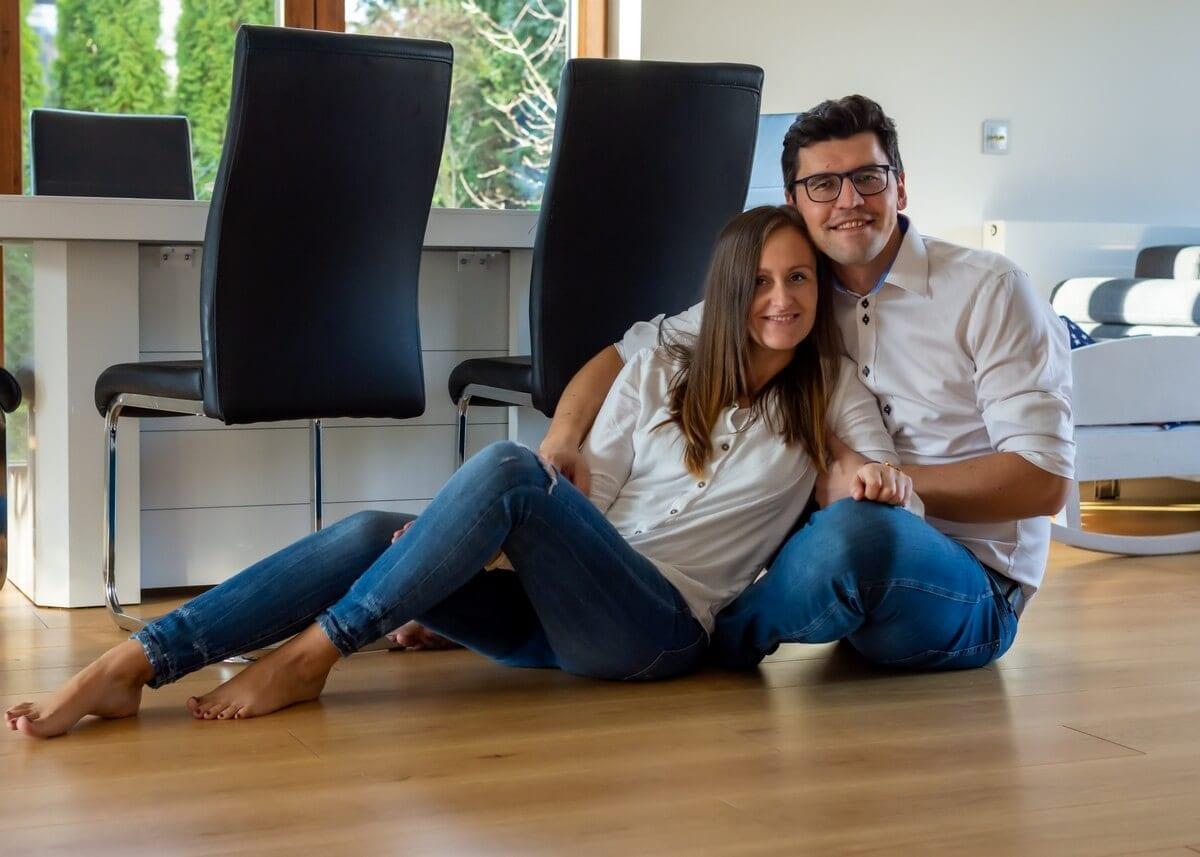 fotograf rodzinny łódź zakochani rodzice siedzą na podłodze