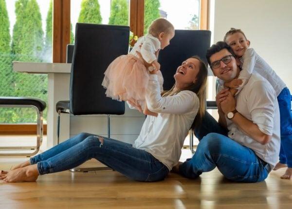 fotograf rodzinny łódź rodzice bawiący się z dziećmi na podłodze