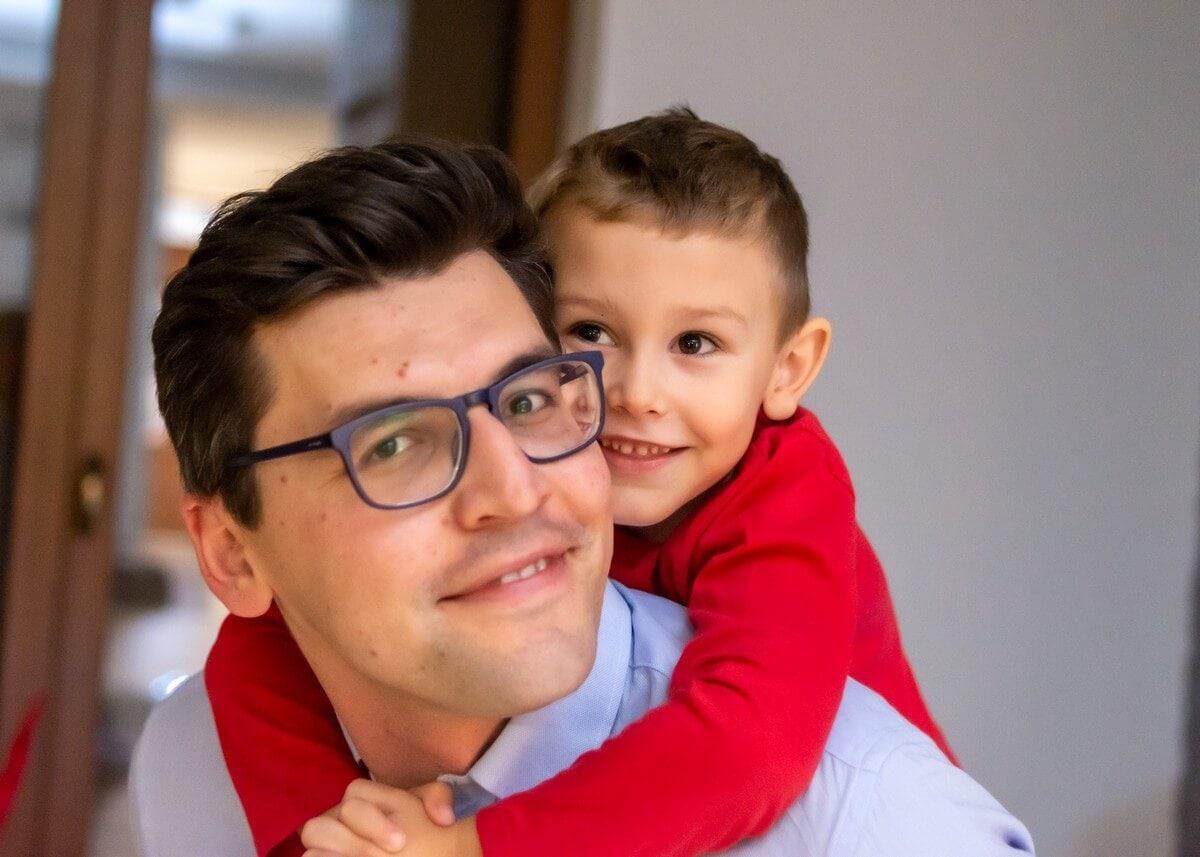 fotograf rodzinny łódź tata z synkiem na plecach