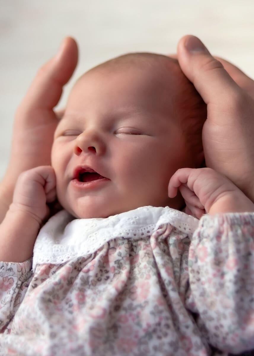 fotografia noworodkowa łódź sesja domowa łódź uśmiechnięty nowrodek w meskich dłoniach Laura 07