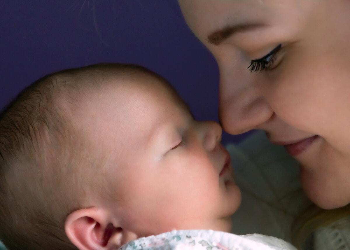 fotografia noworodkowa łódź sesja domowa łódź mama patrząca na śpiącego noworodka Laura 11