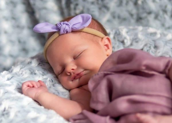 fotografia noworodkowa łódź sesja domowa łódź śpiący noworodek z opaską na głowie Laura 14