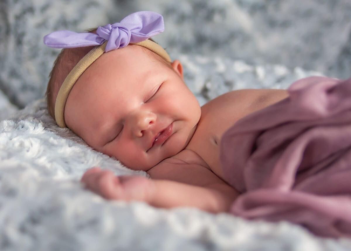 fotografia noworodkowa łódź sesja noworodkowa w domu łódź śpiący noworodek lekko się uśmiecha Laura 15