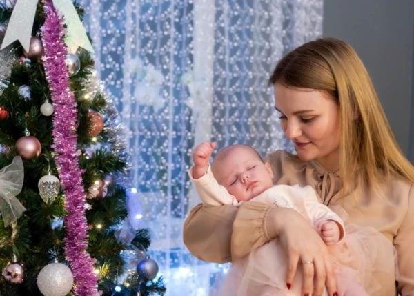 sesja świąteczna łódź sesja zdjęciowa w domu niemowlę na rękach mamy 09