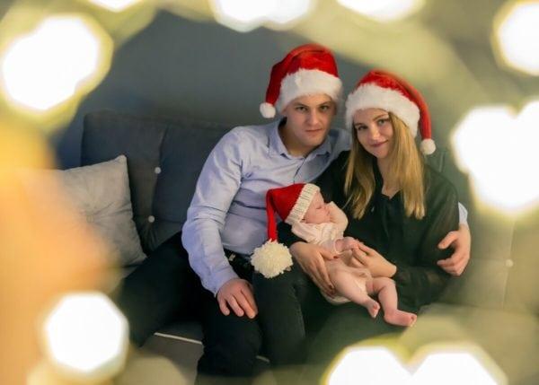 sesja świąteczna łódź sesja zdjęciowa w domu rodzice z niemowlęciem w czapkach Mikołaja 14