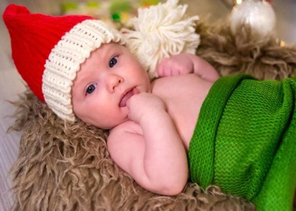 sesja świąteczna łódź sesja zdjęciowa w domu niemowlę na futerku w czerwonej czapce 18