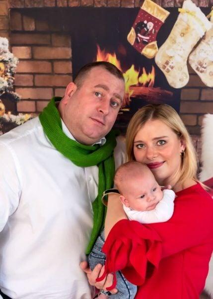 rodzinna sesja świąteczna łódź sesja zdjęciowa w domu niemowlę na rękach rodziców sz06