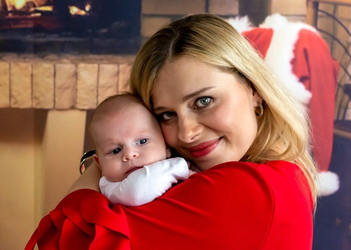 rodzinna sesja świąteczna łódź sesja zdjęciowa w domu niemowlę na rękach mamy sz07