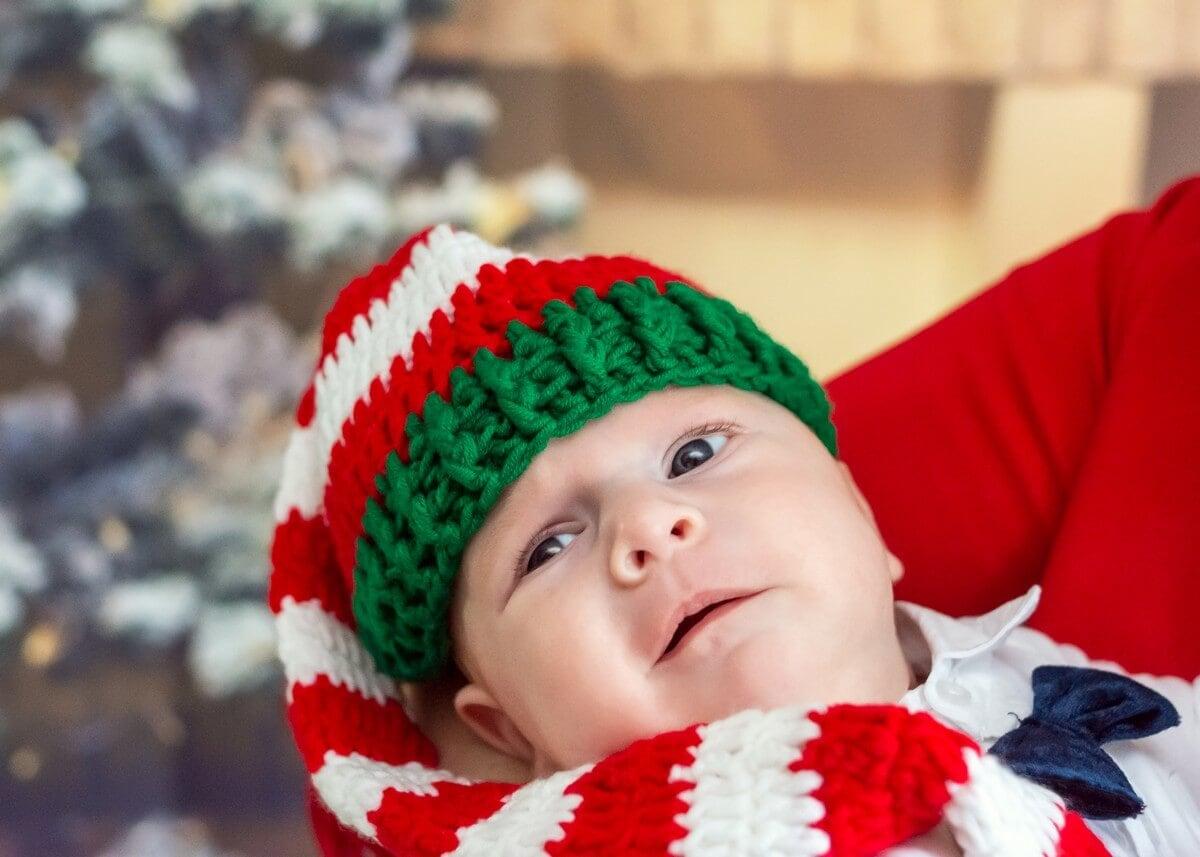 rodzinna sesja świąteczna łódź sesja zdjęciowa w domu sesja niemowlęca niemowlę w czapce elfa na tle choinki sz09