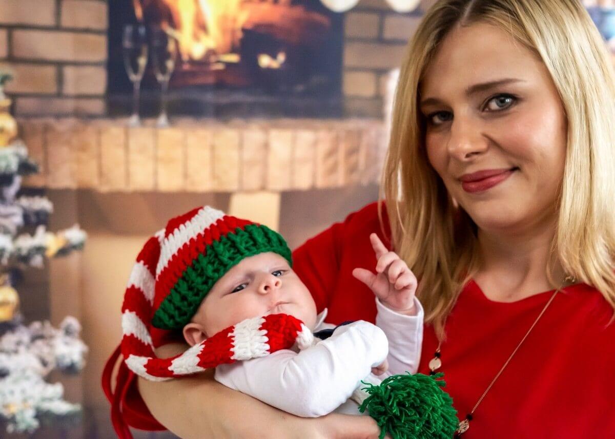rodzinna sesja świąteczna łódź sesja zdjęciowa w domu sesja niemowlęca niemowlę z uniesionym palcem sz10