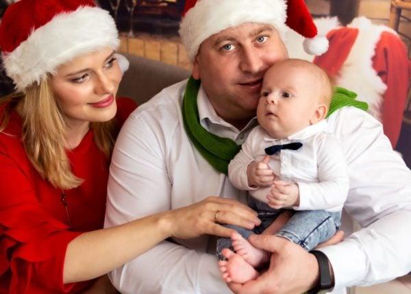 rodzinna sesja świąteczna łódź sesja zdjęciowa w domu synek na kolanach taty mam patrzy na dziecko sz15