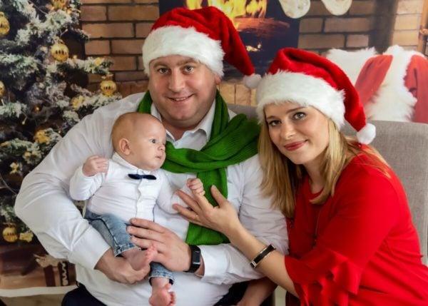 rodzinna sesja świąteczna łódź sesja zdjęciowa w domu rodzice z synkiem w czapkach Mikołaja sz16