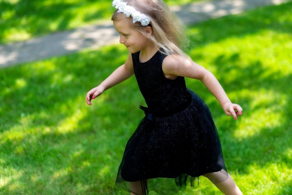 fotografia dziecięca łódź sesja urodzinowa biegnąca dziewczynka z wiankiem na głowie 03